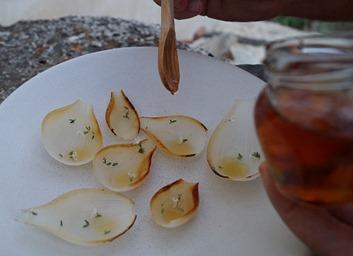 Miguel A. de la Cruz. Foto receta. sirviendo la jalea sobre las cebollas